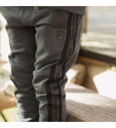 Koko - Noko vaikiškos laisvalaikio kelnės. Spalva tamsiai žalia su KOKO-NOKO logotipu