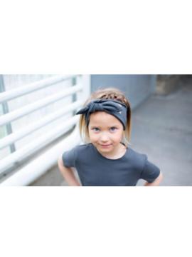 Tuss mergaitiška juostelė ant galvos . Spalva tamsiai pilka