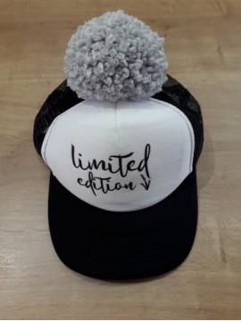 "Nelaland kepurytė  ""Limited edition '' su pilku bumbulu. Spalva juoda / balta"