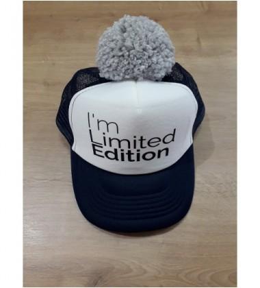 "Nelaland kepurytė "" I'm Limited Edition'' su pilku bumbulu. Spalva tamsiai mėlyna / balta"