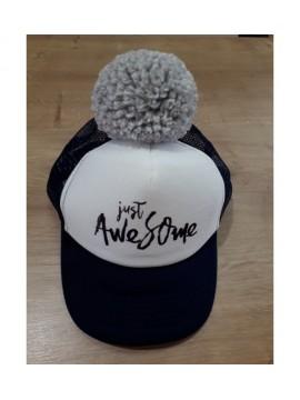 "Nelaland kepurytė  ""Just Awesome '' su pilku bumbulu. Spalva tamsiai mėlyna / balta"