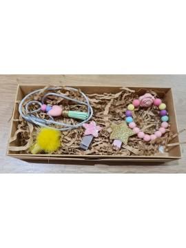 Šponkės aksesuarų rinkinys (apyrankė, pakabukas, trys segtukas). Spalva rožinė / geltona