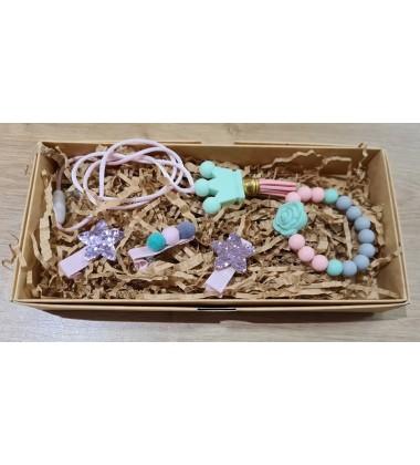 Šponkės aksesuarų rinkinys (apyrankė, pakabukas, trys segtukas). Spalva rožinė / mėtinė