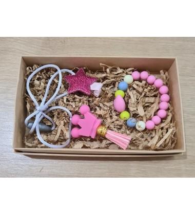 """Šponkės aksesuarų rinkinys (pakabukas """"Karūna"""", segtukas """"Žvaigždė"""" ir apyrankė ). Spalva rožinė"""