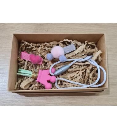 """Šponkės aksesuarų rinkinys (pakabukas """"Karūna""""ir du segtukai ). Spalva rožinė"""