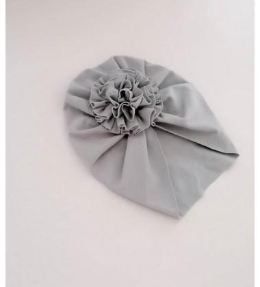 Šponkės turbanas su gėle. Spalva šviesiai pilka