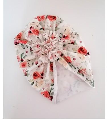 Šponkės turbanas su gėle. Spalva kreminė su gėlytėm