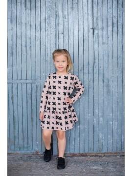 Tuss vaikiška suknelė . Spalva šviesiai ruda su juodais kryžiukais